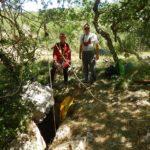 L'ingresso del pozzo e l'allestimento del dispositivo con carrucola per il sollevamento dei sacchi (foto Dario Miniussi)