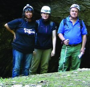 Susi assieme agli amici del Catasto, Francesca Bader ed il Conservatore del catasto grotte prof. Alfredo Altobelli, 2015 (foto Francesca Bader)